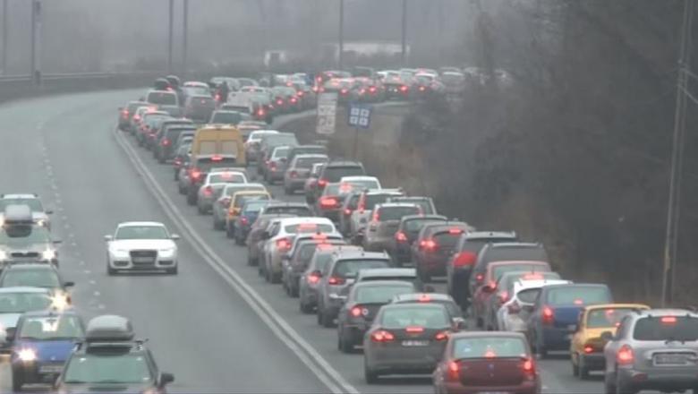 Românii blocați în trafic la Nistoreşti aşteaptă de 4 ore Unirea Mică cu românii blocați în trafic la Comarnic!