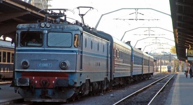Trenul Arad-București a ajuns la timp pentru că mecanicul știe o scurtătură prin pădure!