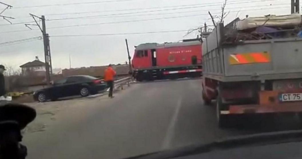Un mecanic de locomotivă a oprit trenul pe avarii la barieră şi a coborât să-şi ia o cafea. La ce viteză au trenurile la noi, nici nu era nevoie să-l oprească!