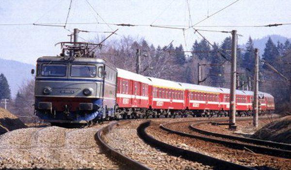 Un tren s-a dat jos de pe șine ca să poată merge mai repede!