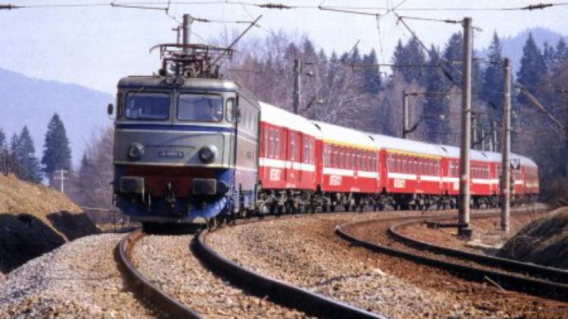 Un tren plecat în iunie din Timișoara spre litoral tocmai a cotit-o spre Predeal, călătorii sperând să prindă măcar Revelionul