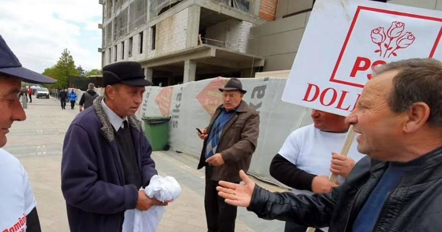 """Unui """"susținător"""" adus cu autobuzulîi e rușine să îmbrace tricoul PSD! Să-l mintă că după miting face schimb cu Ronaldo"""