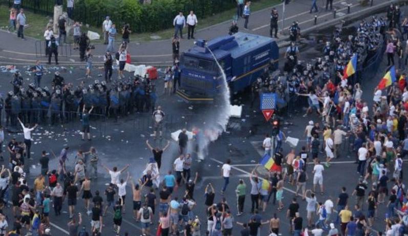 """Jandarmeria: """"Tunul cu apă a fost încărcat la Belina, ca să simțiți și voi gustul, sărakilor!"""""""