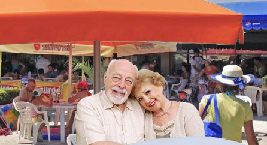 Ei sunt cei mai vechi turiști de pe litoral: așteaptă din 1992 la o terasăsă le ia cineva comanda!