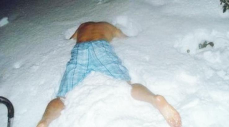 Autoritățile din Vaslui vor ascunde sticle de Mona sub zăpadă pentru ca oamenii să-și deszăpezească singuri în loc să sune la 112