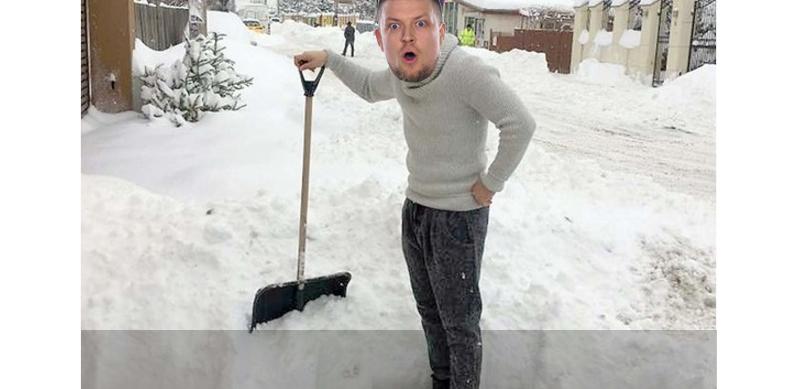 Sub zăpada de pe o străduță din București a fost găsită zăpadă de iarna trecută!