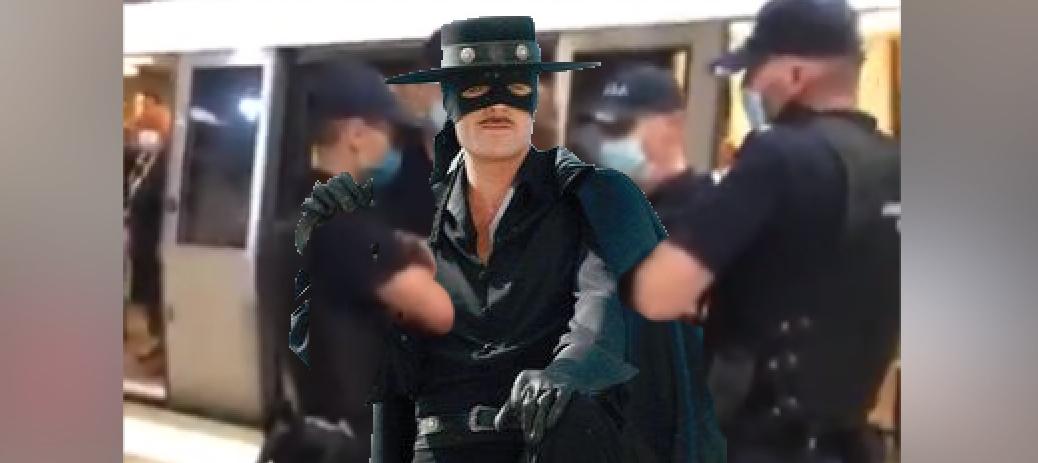 Zorro, încătuşat la metrou fiindcă purta masca deasupra nasului!